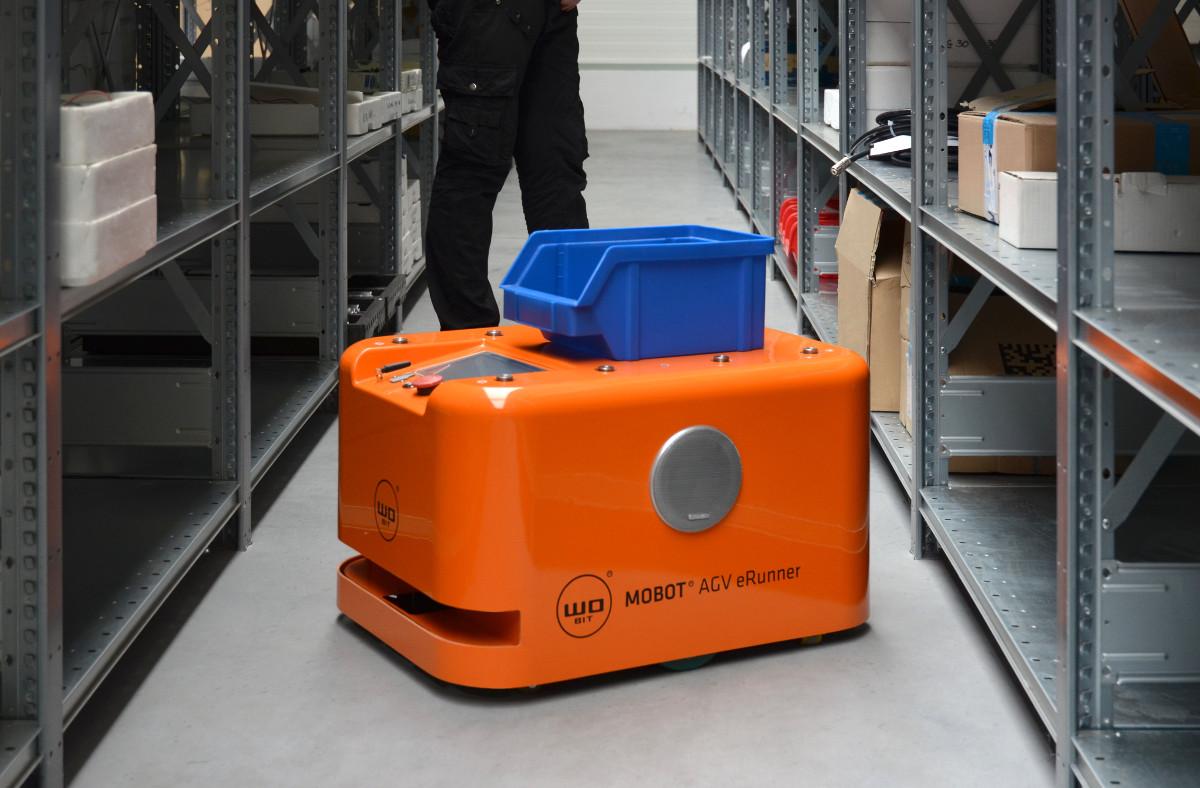 Robot MOBOT AGV wmagazynie