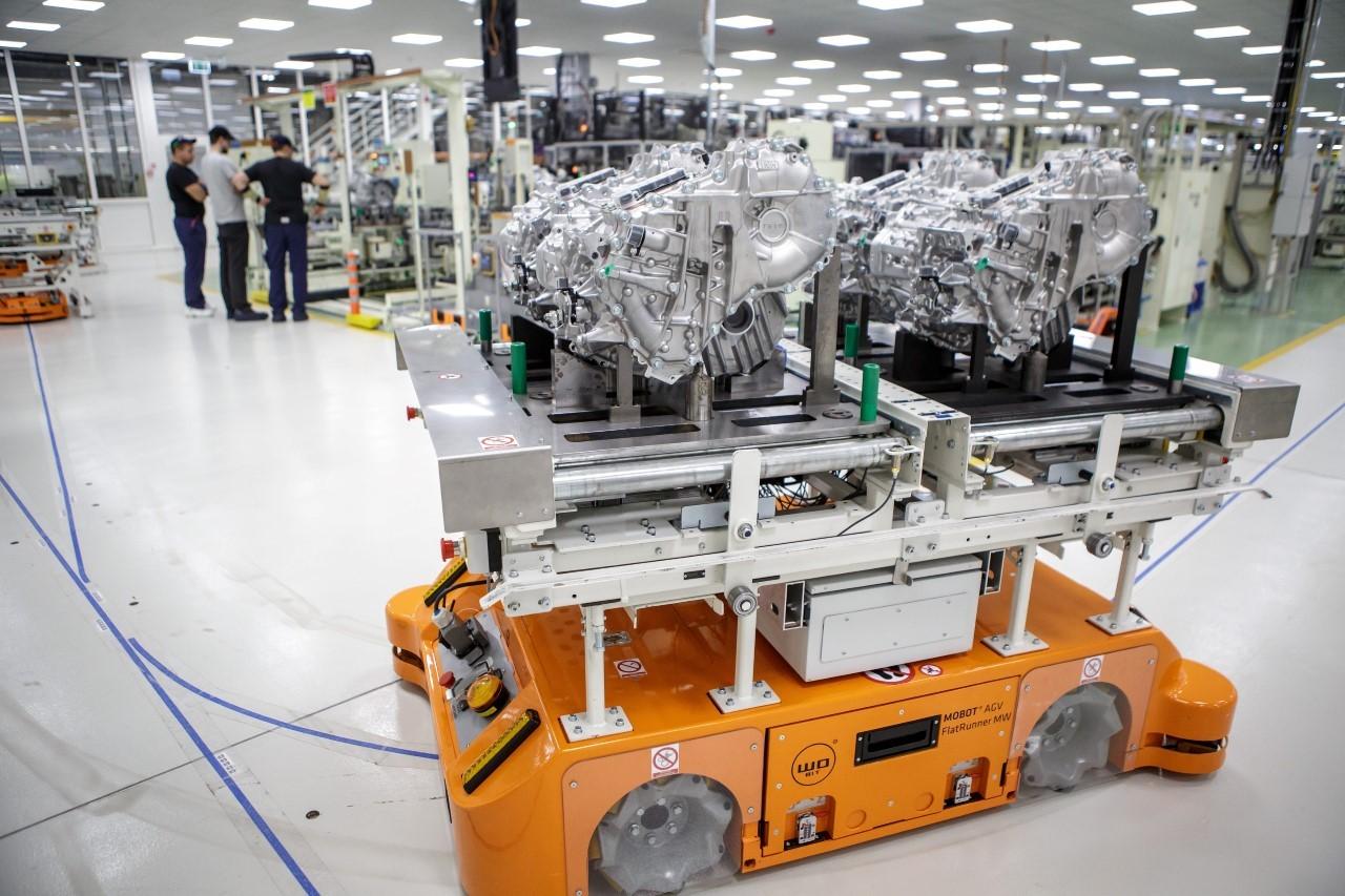 Polskie roboty mobilne transportują przekładnie hybrydowe wpolskiej fabryce Toyoty