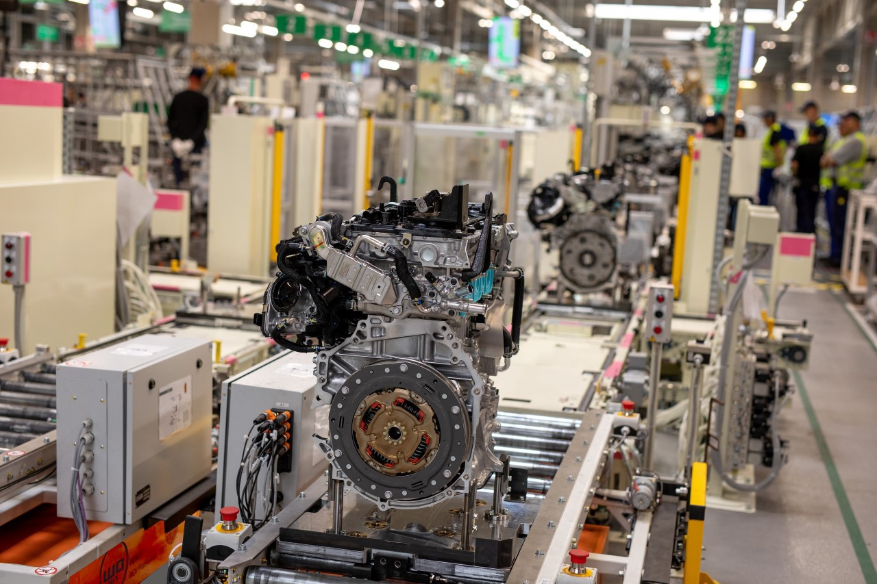 Toyota rozpoczyna produkcję silników donapędów hybrydowych wnowoczesnej fabryce zautomatycznym transportem wewnętrznym