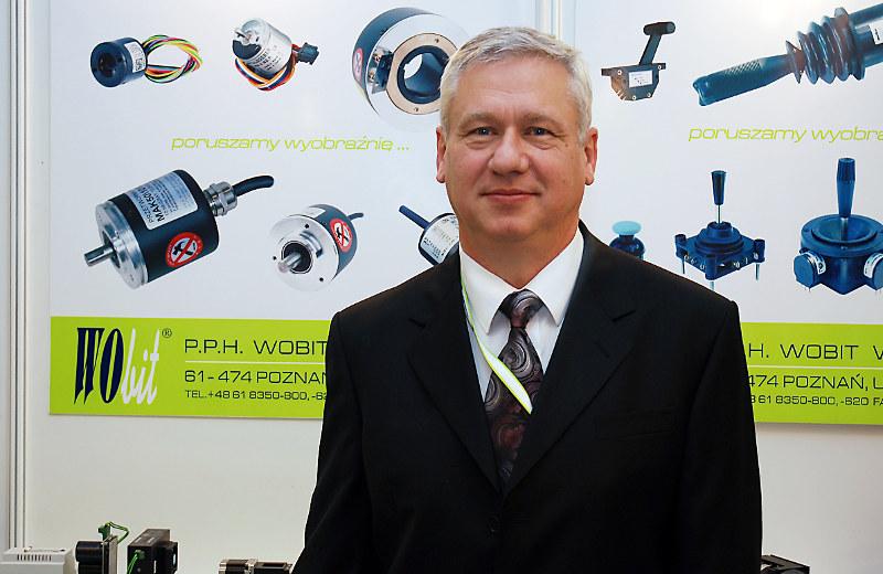 Witold Ober - pasjonat automatyki i miłośnik technologii zakłada firmę WObit Witold Ober. Pierwsza siedziba mieściła się w Poznaniu w kamienicy w mieszkaniu prywatnym.